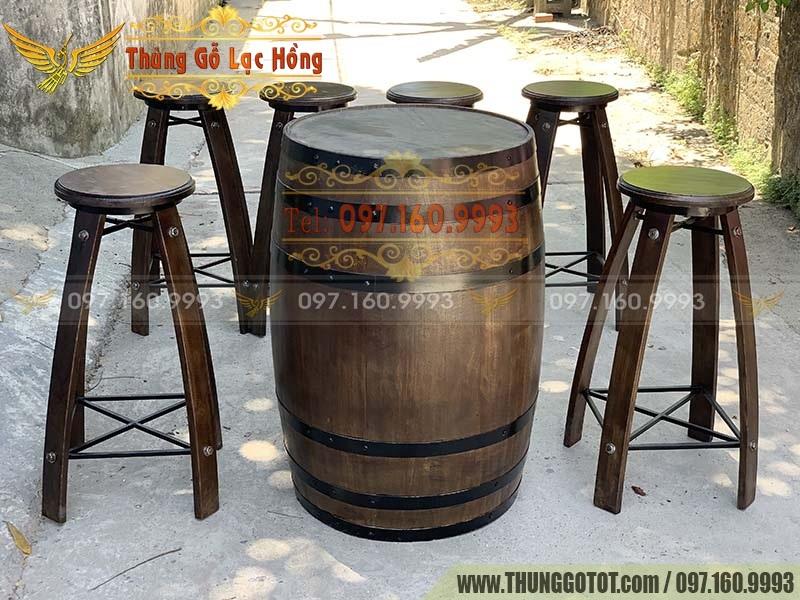 thùng gỗ làm bàn ghế bar